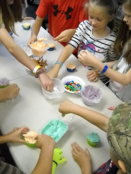 Making alien cupcakes at our July 2019 reading hour